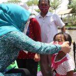 Kampanye Cegah Covid-19, Istri Bupati Nganjuk Pakaikan Masker ke Pengunjung Wisata
