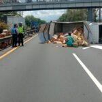 Pecah Ban, Pikap Muat Minyak Goreng Terguling di Tol Sidoarjo