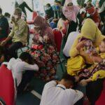 Terlibat Aksi Tolak UU Cipta Kerja, Pelajar di Surabaya Cium Kaki Orang Tua