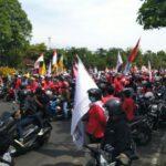 Tolak UU Ciptaker, Ribuan Mahasiswa di Jatim Blokade Jalan Ahmad Yani Surabaya