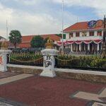 Tembok Gedung Grahadi Surabaya Dicoret-Coret Massa dengan Cat Semprot