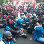Aksi Duduk di Depan Grahadi Surabaya, Tolak UU Ciptaker