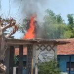 Atap Salah Satu Ruang SMK Negeri 1 Suboh Situbondo Terbakar