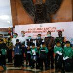 Gubenur Jatim Serahkan Bantuan dan Sertifikat ke Warga Kabupaten Blitar