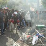 Massa Pendemo Berkaos Hitam Robohkan Pagar Grahadi Surabaya