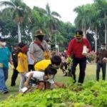 Pakai Pengeras Suara, Pj Bupati Keliling Alun-alun Sidoarjo Kampanyekan Prokes dan Kebersihan