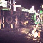 Truk Boks Mendadak Tabrak Median Jalan dan Terguling di Situbondo