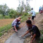 Tak Kunjung Ada Perbaikan, Warga Desa Bangkes Pamekasan Perbaiki Jalan Secara Swadaya
