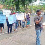 Lintas LSM Pamekasan Ngeluruk DPRD Tuntut Penuntasan Kasus Pemalsuan Tanda Tangan