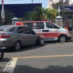 Diduga Mengantuk, Honda City Tabrak Ambulans Parkir