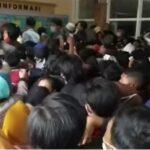 Urus E-KTP di Dispendukcapil Mojokerto, Kerumunan Warga Abaikan Prokes