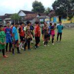 Isi Kevakuman Liga 1, Pemain Persela Dadang Apridianto Sibuk Latih Sepak Bola Kampung