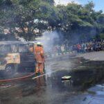 Korsleting Aki, Mobil Carry Terbakar di Jalanan Surabaya