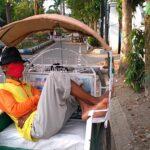 Terlelap di Kursi Penumpang, Tukang Becak di Jombang Ini Tetap Bermasker
