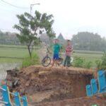 Jembatan Penghubung Antar Desa di Dawarblandong Mojokerto Putus Dihantam Banjir