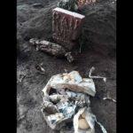 Penemuan Bungkusan Mirip Pocong Berisi Foto di Makam Keramat Gemparkan Warganet