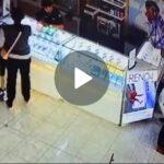 Gendong Anak, Perempuan di Banyuwangi Terekam CCTV Curi HP Konter