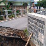 Jembatan Antar Lingkungan di Sengon Jombang Putus Digerus Arus
