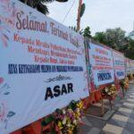 Karangan Bunga Dukungan Pembubaran FPI Terpajang di Depan Grahadi Surabaya