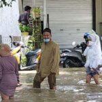 Pengantin di Gresik Terjang Banjir Demi Bisa ke KUA