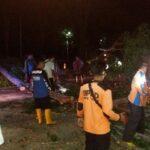 Pohon Tumbang Timpa Pemotor, Jalur Pantura Situbondo Sempat Macet Total