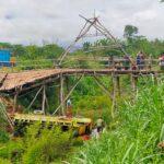 Lewati Jembatan Kayu, Truk Terjun ke Sungai Sedalam 6 Meter
