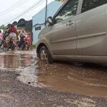Warga Mengeluhkan Jalan Berlubang di Sidoarjo
