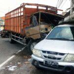 Lepas dari Mobil Derek, Truk Tabrak Minibus dan Toko di Sidoarjo