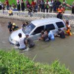 Sopir Mengantuk, Mobil Daihatsu Taruna Nyemplung ke Sungai di Situbondo