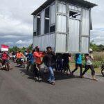 Tolak Tambang Pasir Paseban Jember, Warga Ramai-ramai Usung 'Kantor Penambang' ke Balai Desa