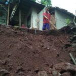 Plengsengan Longsor Timpa Rumah Warga di Situbondo