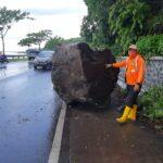 Batu Besar Tiba-tiba Jatuh di Jalur Pantura Situbondo