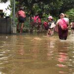 Warga Terdampak Banjir di Jember Mulai Bersihkan Rumah