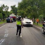 Oleng, Pemotor Tewas Terlindas Truk Gandeng di Jombang