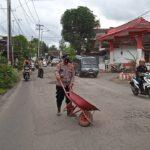 Sering Terjadi Kecelakaan, Kapolsek di Jember Tambal Jalan Rusak