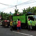 Petugas Gerobak di Jember Urunan Beli BBM Truk Pengangkut Sampah