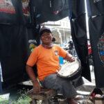Cerita Tukang Servis Jok Motor di Surabaya Kuliahkan Anaknya hingga Jadi Sarjana