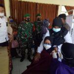 67 Tenaga Kesahatan Puskesmas Bandarkedungmulyo Jombang Jalani Vaksinasi Covid-19