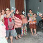 Komunitas Waria Bagi-Bagi Masker BPBD Jatim ke Warga Surabaya