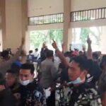 Demo Banjir Bengawan Jero Lamongan Diwarnai Adu Pukul Antar-Pengunjuk Rasa