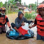 Petugas Kembali Evakuasi Warga Terdampak Banjir di Jember