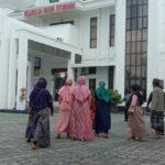 Dugaan Penggelapan BST, Puluhan Emak-emak Desa Jatisari Lurug Kejaksaan Situbondo