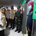 Bupati Jombang Dampingi Gubernur Jatim Tinjau Posko PPKM Mikro