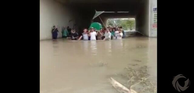 Viral, Warga di Jombang Mengantar Jenazah ke Makam Terobos Banjir