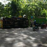 Diduga Kelebihan Muatan, Truk Bermuatan Triplek Terguling di Blitar