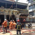 Rumah Dua Lantai di Surabaya Dilalap Api, Dua Penghuni Alami Luka Bakar di Kaki