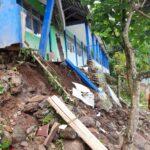 Diterjang Hujan Deras, Teras Sekolah Negeri di Situbondo Ambruk