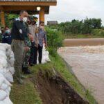 Petugas Tambal Tanggul Ambles di Kota Mojokerto dengan Karung Pasir