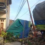 Sopir Mengantuk, Truk Gandeng Seruduk Pagar Rumah dan Mobil di Jombang