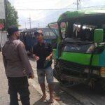 Diduga Akibat Kebut-kebutan, Dua Elf Angkutan Antar Kota Adu Moncong di Jember